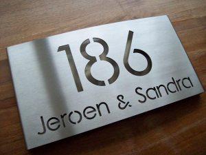 RVS naambord met opvallend huisnummer