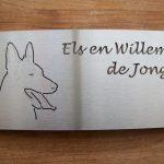 Uw huisdier verwerkt in een rvs naambord