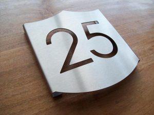 Huisnummer bord in de vorm van een schild