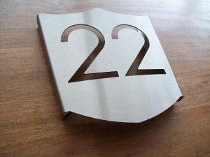 Speciaal huisnummerbord in de vorm van een schild